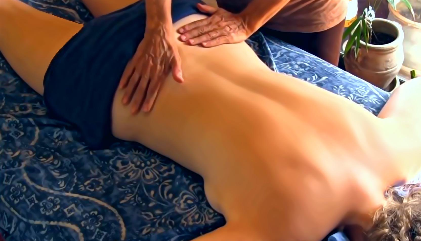 Молодой человек делает массаж киске — 4